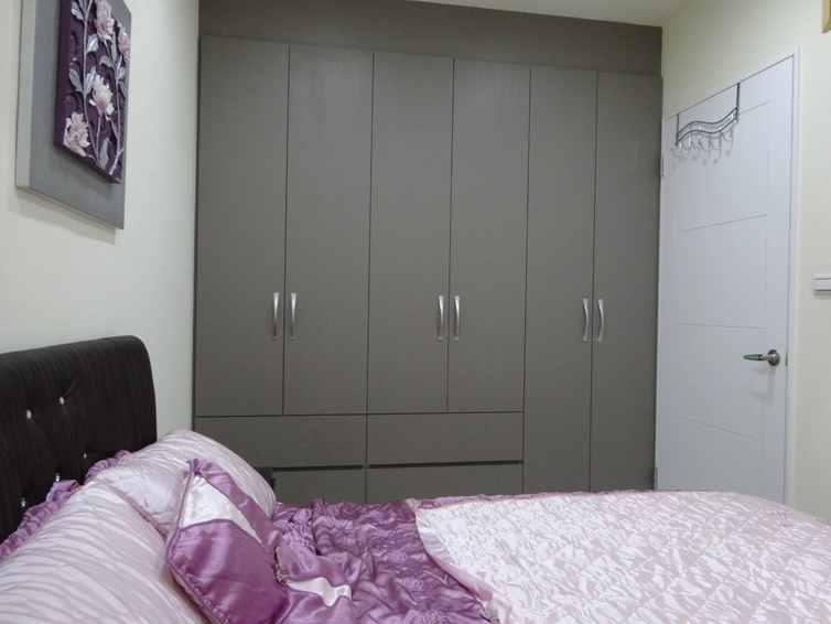 简约现代风卧室 深灰色衣柜效果图