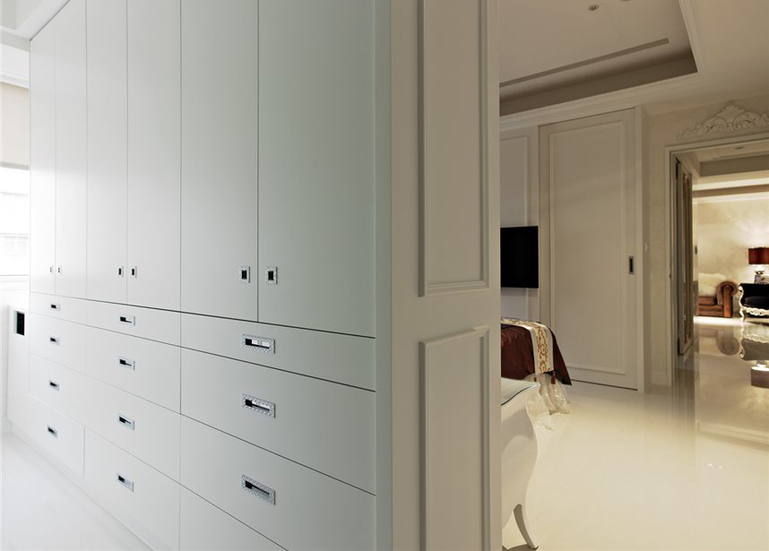 时尚简约风白色衣柜隔断墙设计