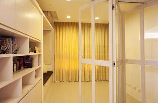 暖色调现代书房玻璃折叠门隔断装饰设计