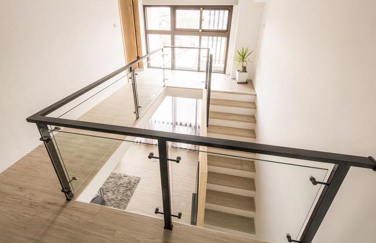 原木北欧复式楼梯玻璃护栏装饰设计