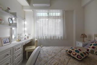 白色简欧卧室窗帘效果图