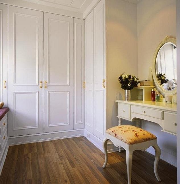 白色简欧风格衣柜效果图