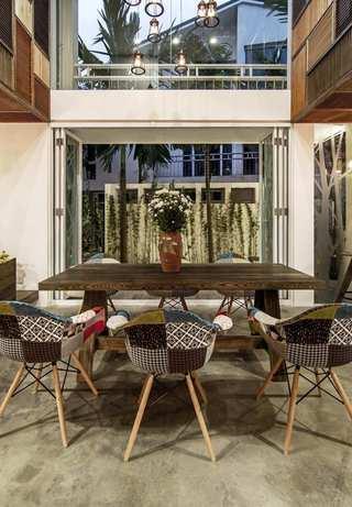 朴素自然现代风 餐厅玻璃折叠门设计