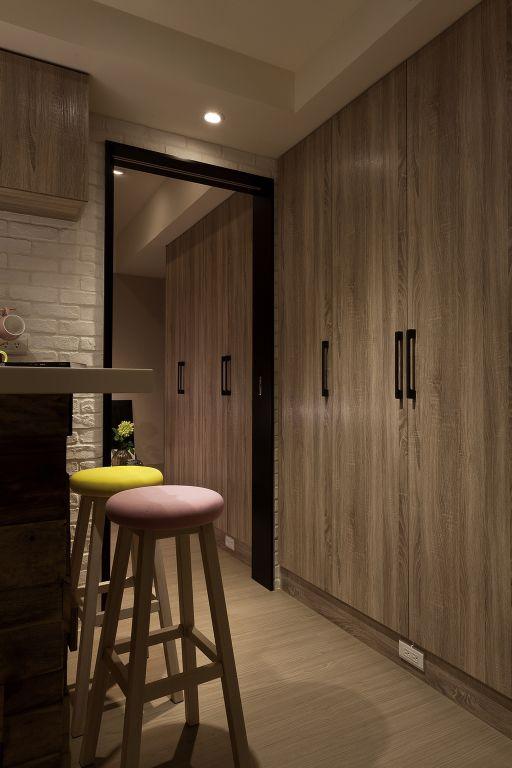 怀旧简约风设计 木质衣柜效果图