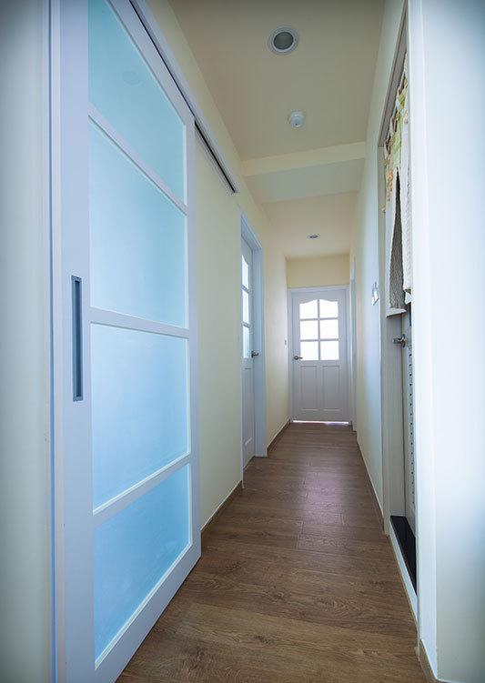 简洁清新北欧室内过道实木地板装饰效果图