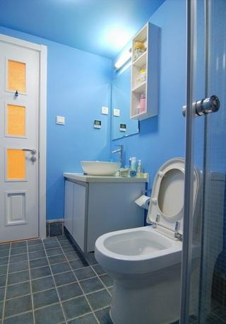 蓝色清新现代卫生间背景墙装饰图