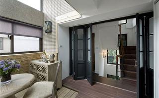 怀旧美式风格 复式楼梯间折叠门装饰图