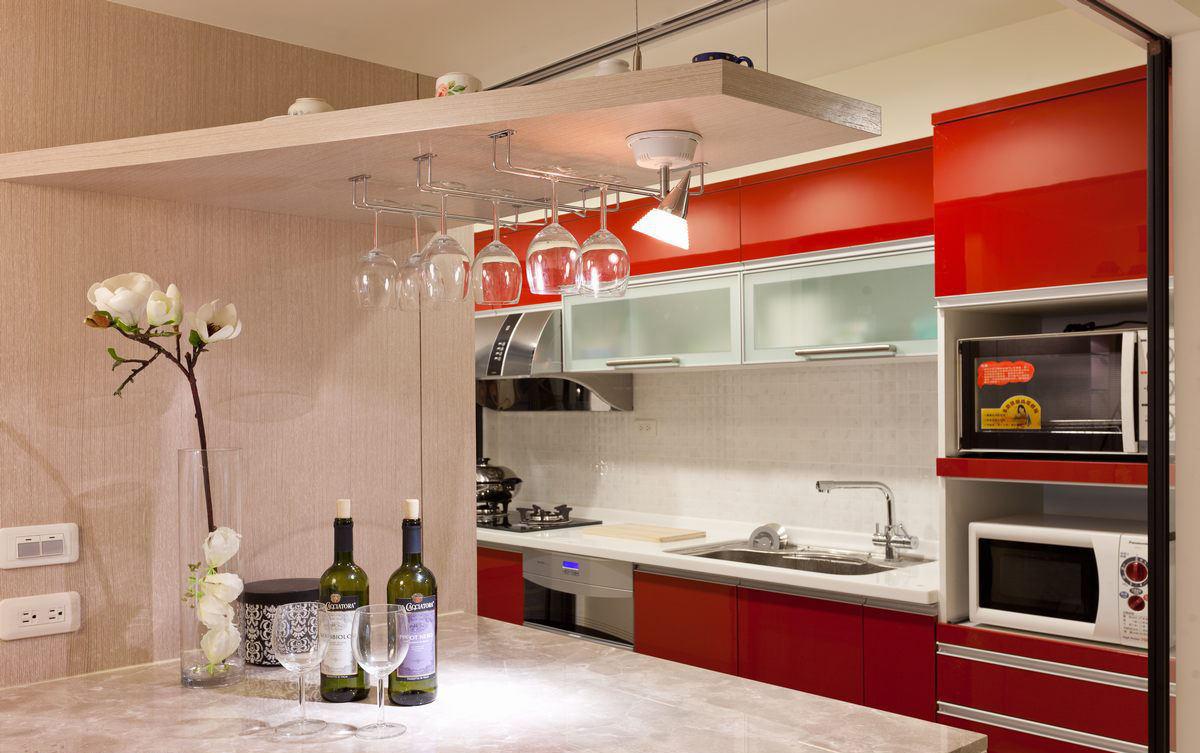 时尚现代厨房红色橱柜装饰图