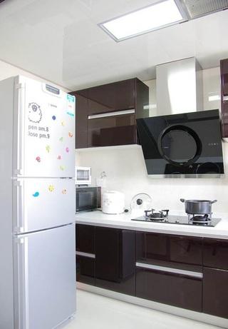 现代家装厨房烤漆橱柜装饰图