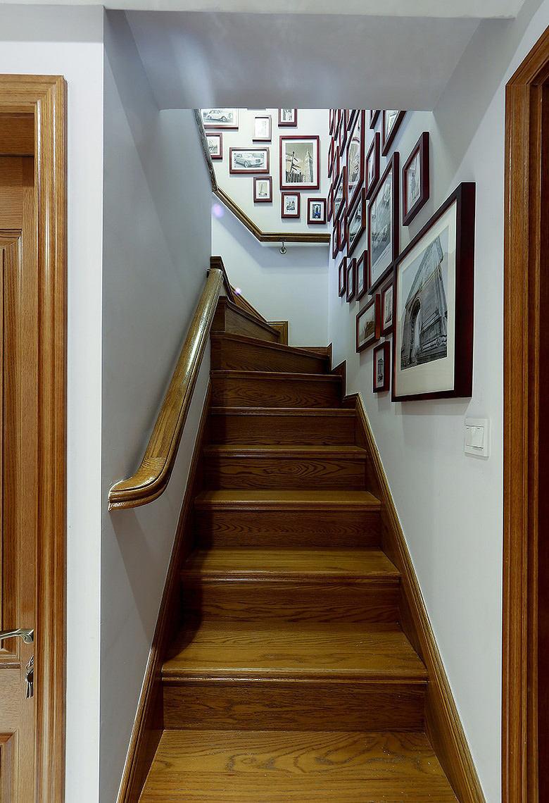 经典美式实木楼梯照片墙效果图