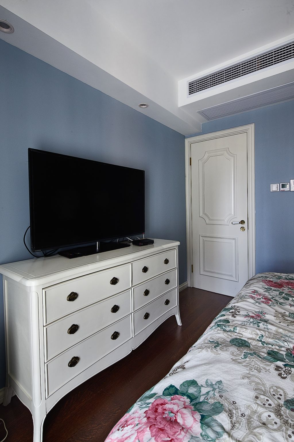 唯美简约卧室电视柜装饰图