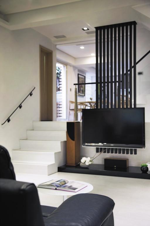 现代二居跃层黑色家居装饰图