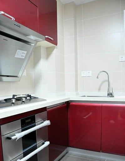 鲜亮现代风格厨房红色橱柜设计