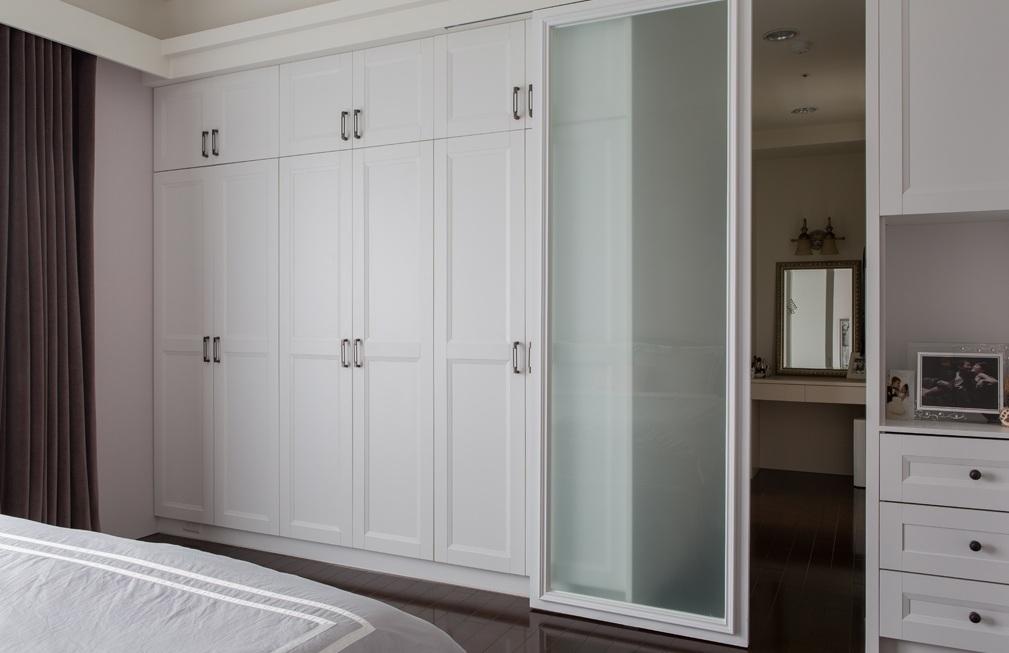 宜家简约卧室白色衣柜装修图片