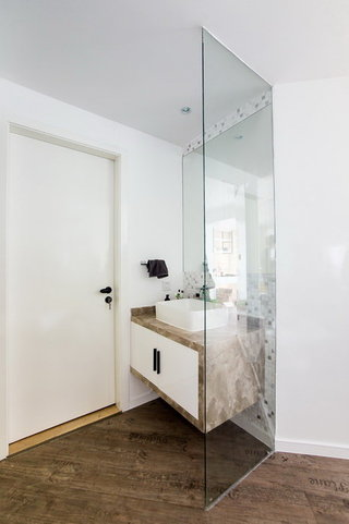 简约现代风格卫生间玻璃隔断效果图