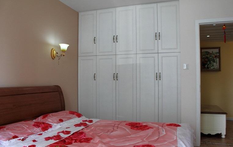 家装现代小户型卧室白色衣柜装饰效果图