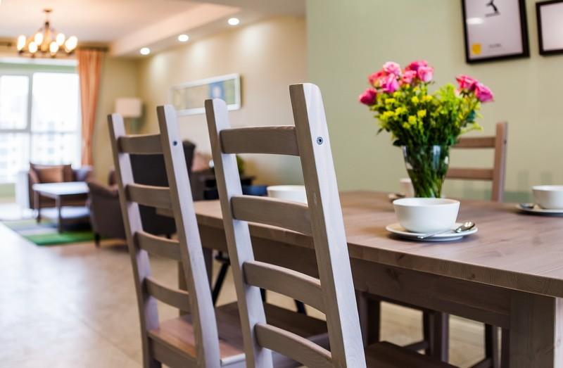 简约宜家装修风格餐厅鲜花装饰图