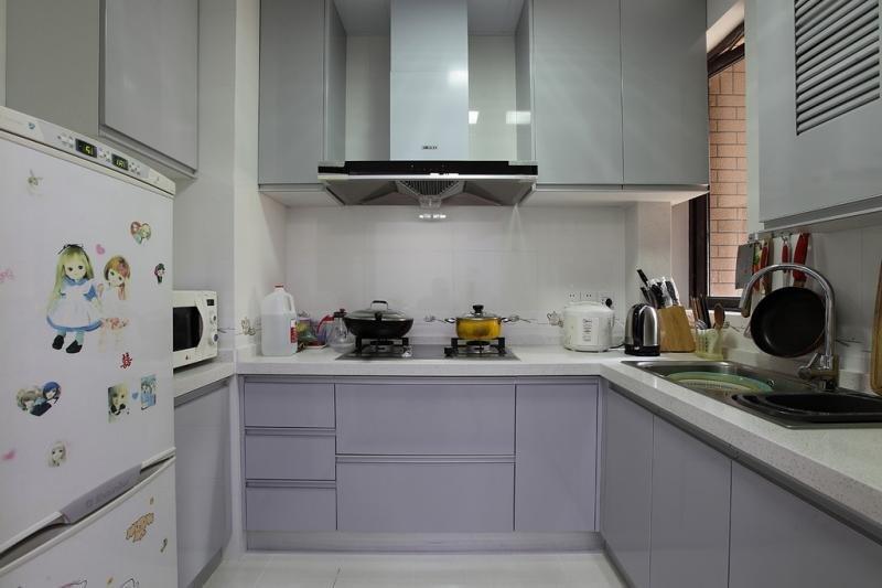 简约现代U型厨房装修效果图