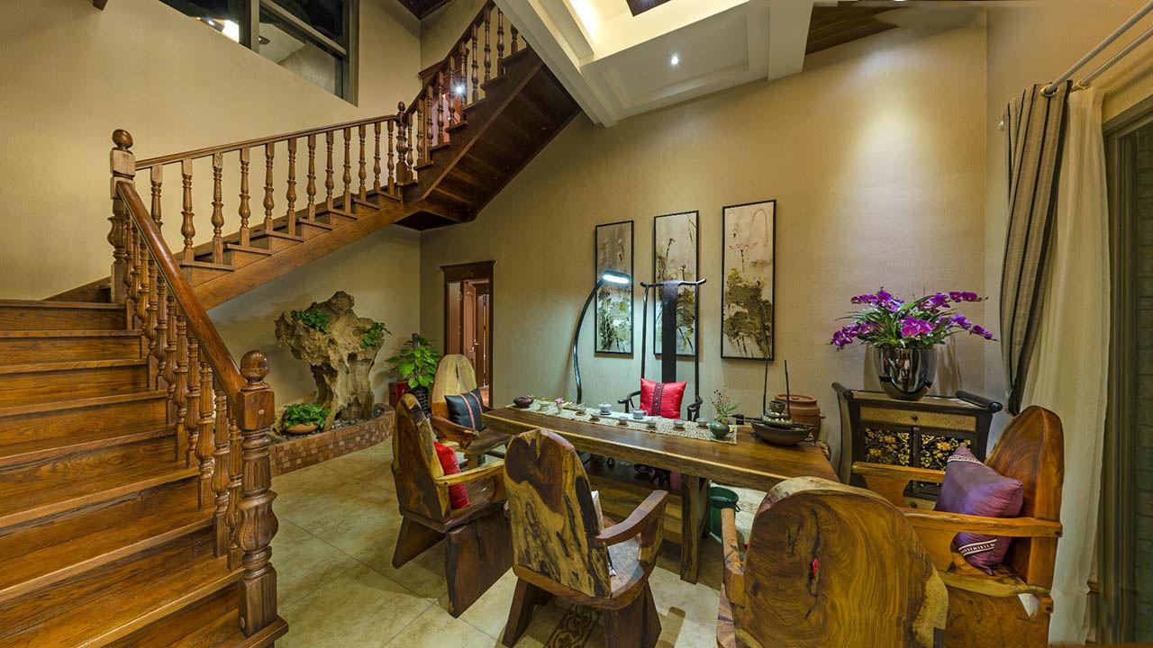 色彩斑斓东南亚风格别墅室内实木楼梯设计装修图