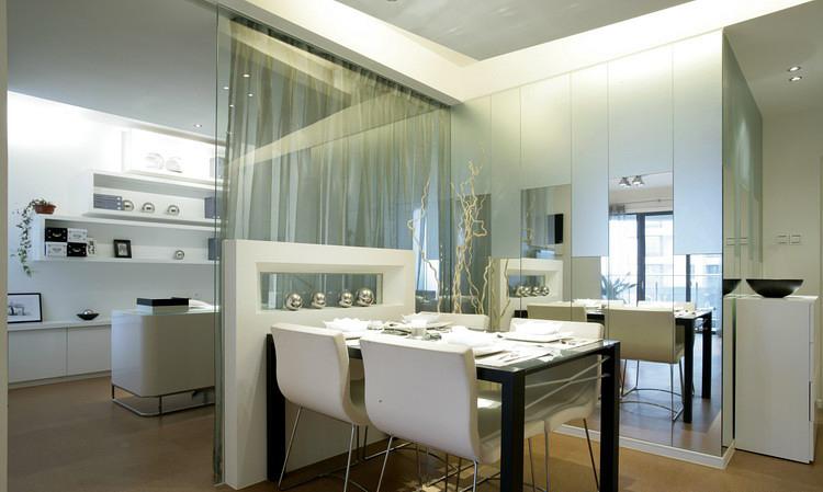 现代简约设计餐厅玻璃背景墙隔断图