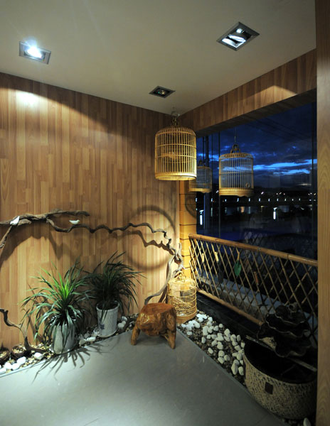 鸟语花香新中式家居阳台竹制护栏装饰图