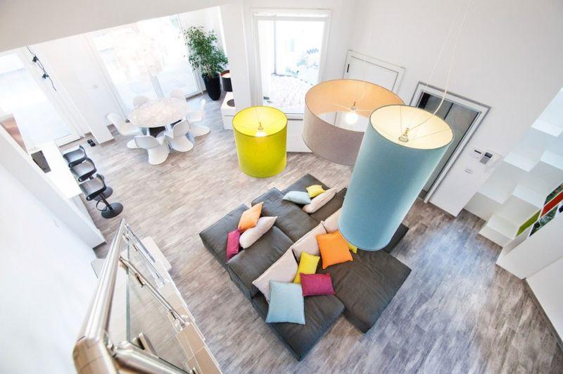 时尚极简风格跃层客厅彩色吊灯效果图