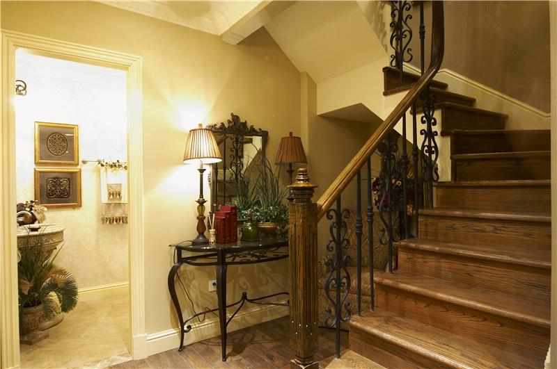 复古欧式家装旋转实木楼梯设计