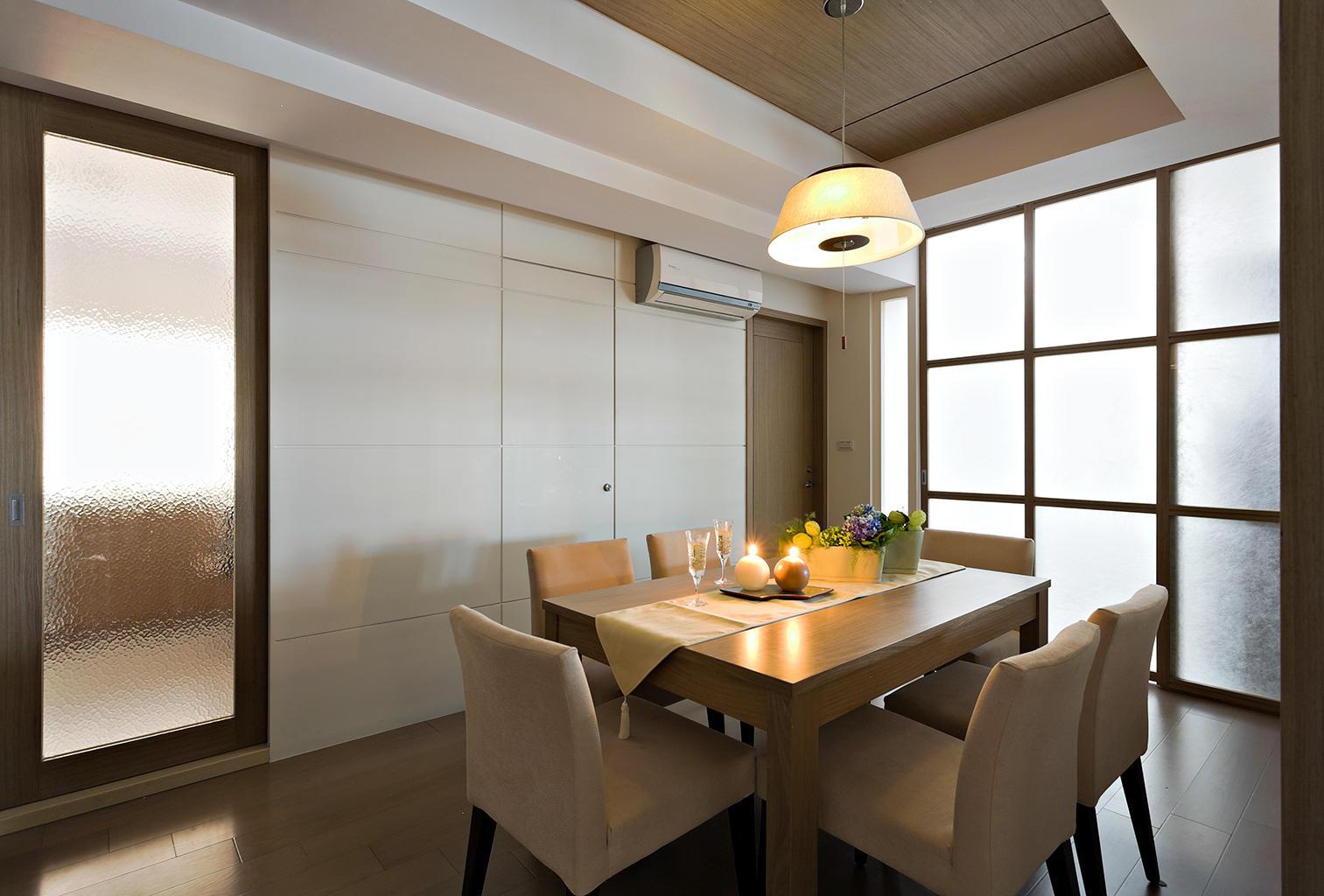 实木简约风格餐厅玻璃移门隔断设计