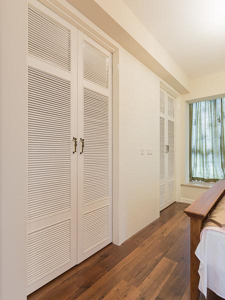 简约美式风格实木白色百叶衣柜效果图