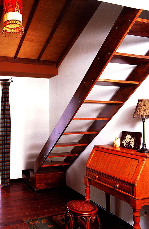 东南亚风格实木楼梯设计效果图