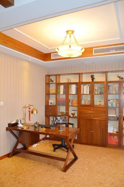 庄重典雅中式复式书房书桌与书柜效果图