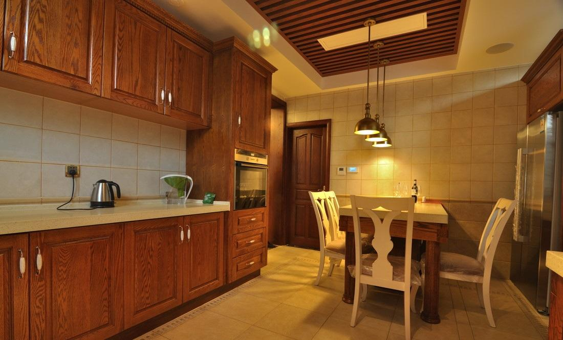 典雅欧式厨房实木橱柜效果图