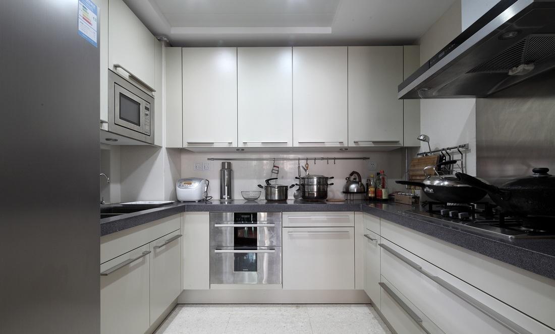 现代简约风格U型厨房装修效果图