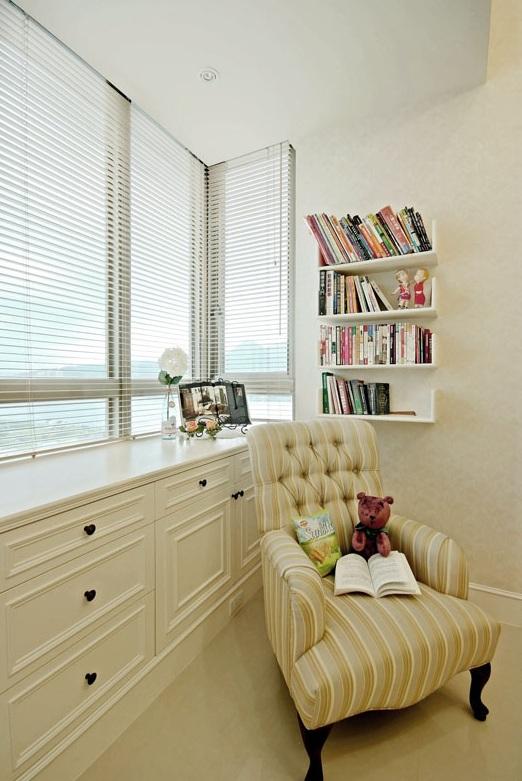 白色现代简欧复式楼书房飘窗效果图