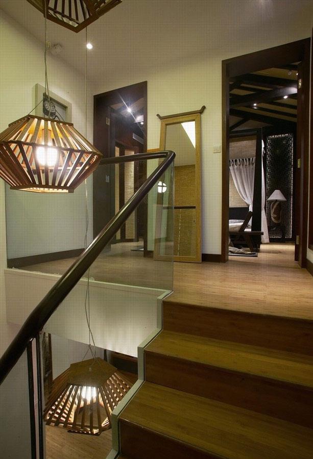 现代庄重中式风格复式楼梯玻璃护栏装修图