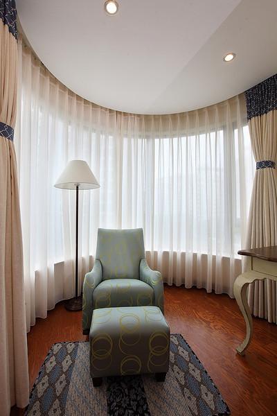 简约弧形封闭阳台米色窗帘效果图
