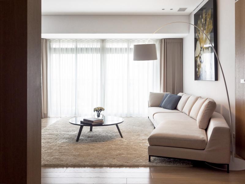 简约风格客厅米色沙发与白色地毯装饰效果图
