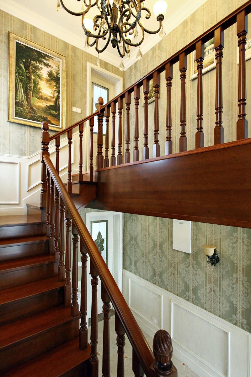 大气欧式复古风格别墅实木楼梯装潢欣赏图