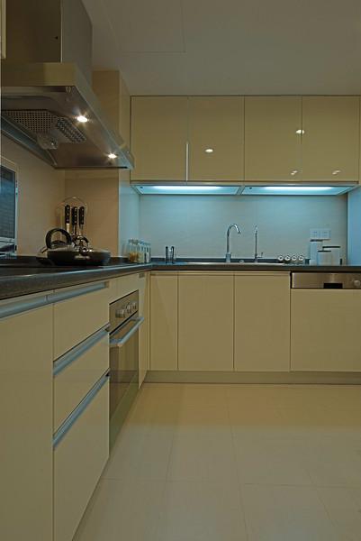 现代简约风厨房L型橱柜效果图