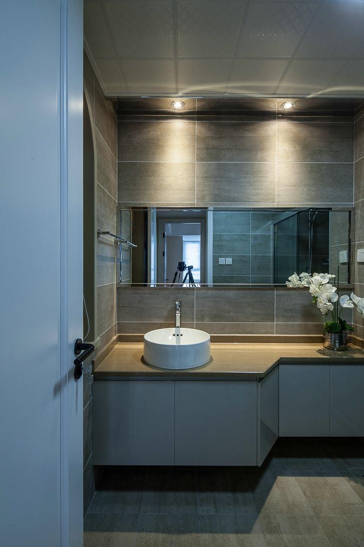 现代低奢深色系洗手间背景墙图片