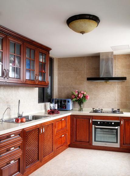 美式田园风格实木厨房橱柜装饰图
