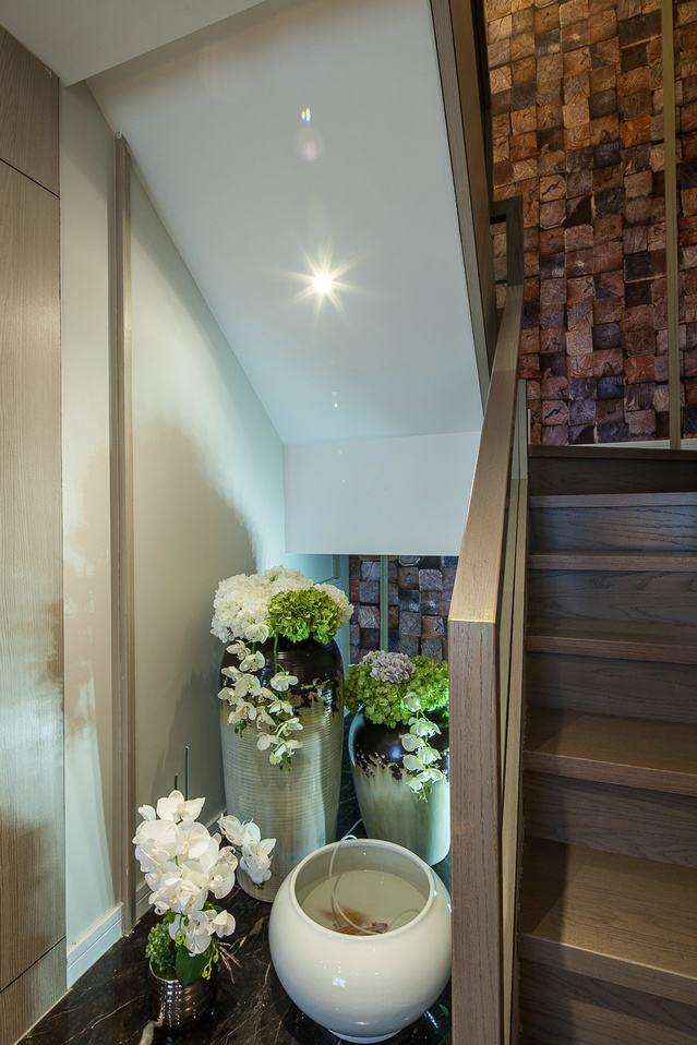 现代文艺风复式楼转角楼梯效果图