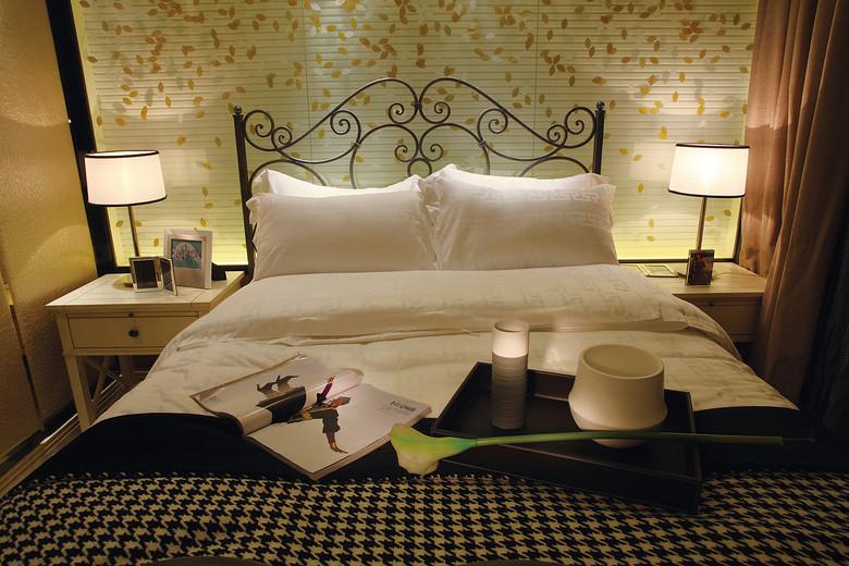 现代简约欧式卧室铁艺床效果图
