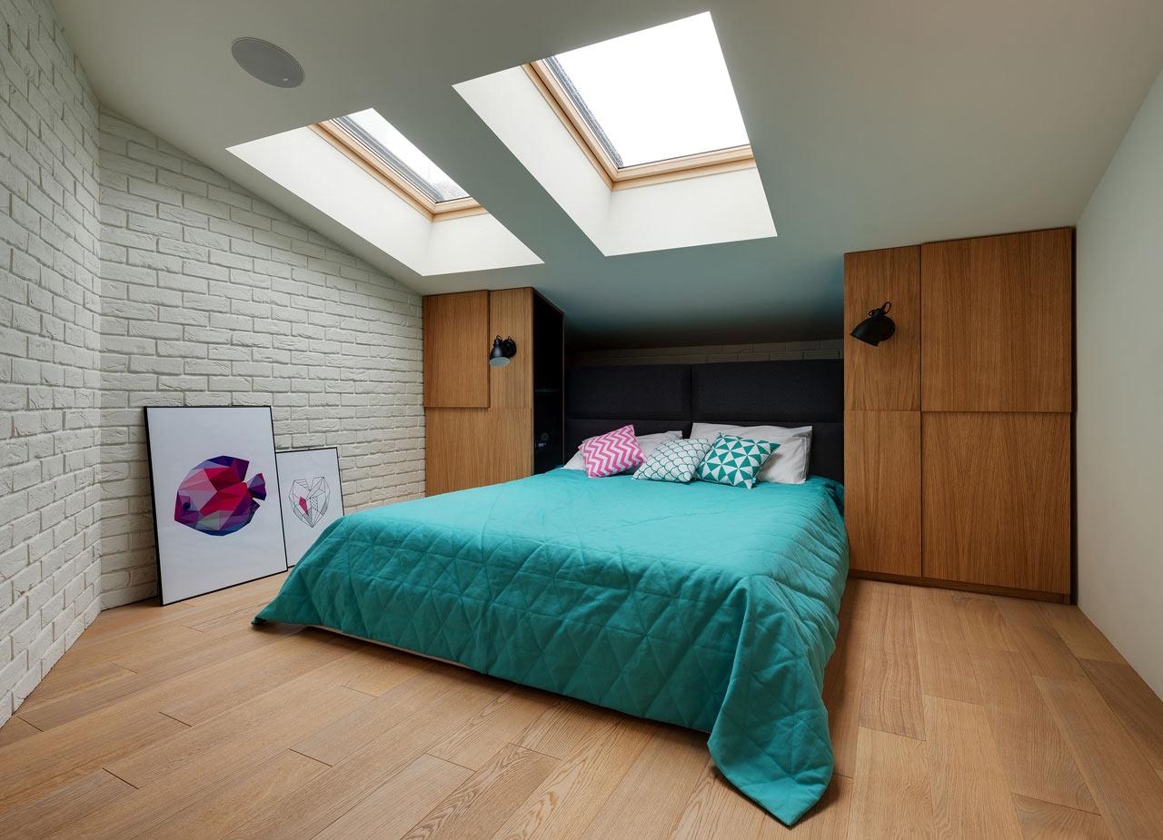 简约斜顶阁楼卧室木质衣柜效果图