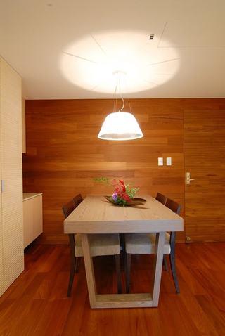 简约现代实木餐厅背景墙装潢效果图