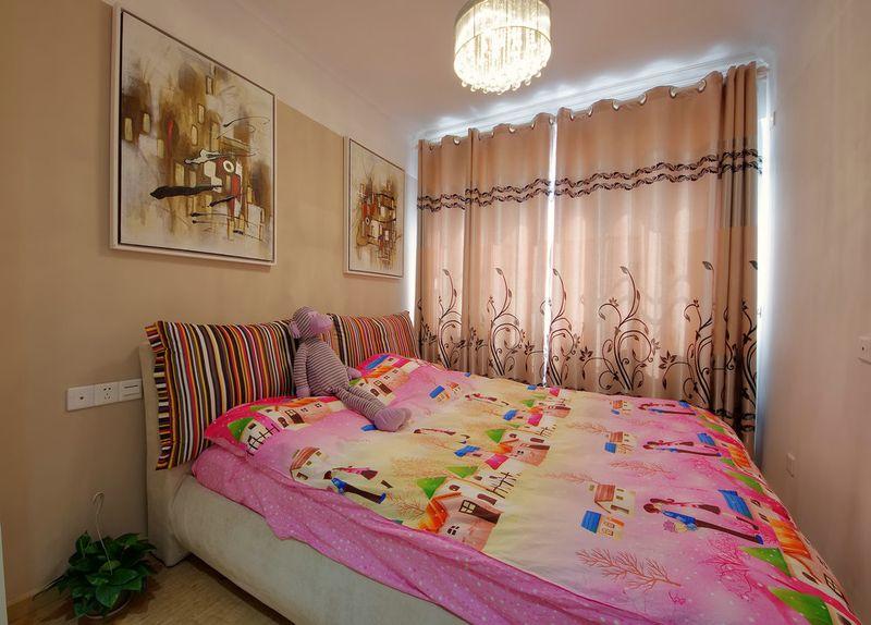 现代风卧室抽象画照片墙效果图