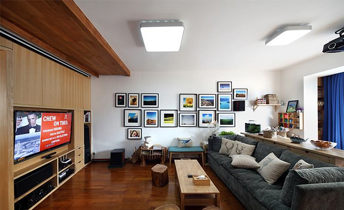 现代风原木客厅照片墙效果图