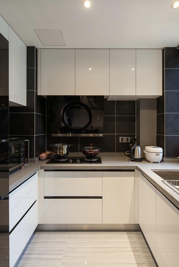 时尚现代厨房U型白色橱柜效果图
