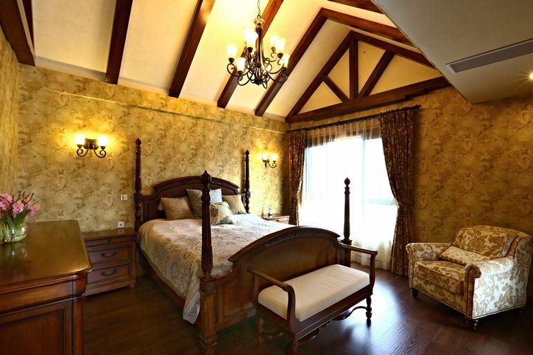 金色美式实木尖顶卧室效果图