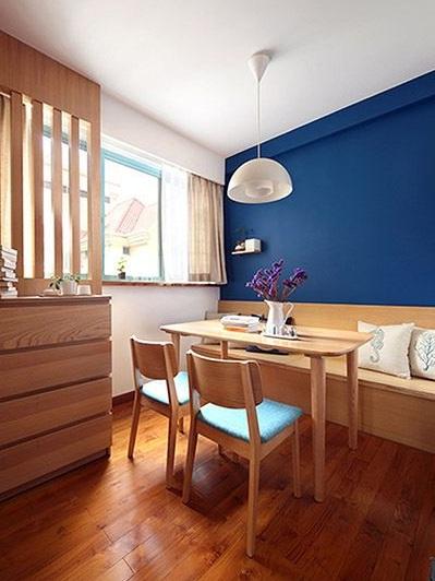 现代简约原木餐厅蓝色背景墙效果图